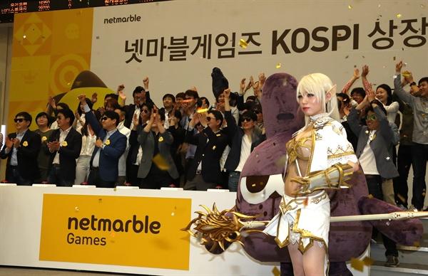 지난 12일 오전 서울 영등포구 한국거래소에서 열린 넷마블게임즈(주) 유가증권시장 신규상장기념식에서 권영식 대표 등 임직원들이 축하 퍼포먼스를 하고 있다.