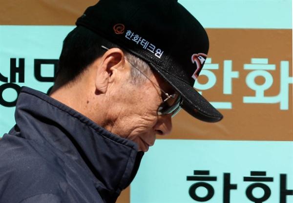 한화 이글스가 김성근(75) 감독을 전격 경질했다. 한화는 23일 대전 한화생명 이글스 파크에서 열리는 KIA 타이거즈와 홈경기를 앞두고 김 감독의 지휘봉을 빼앗았다.
