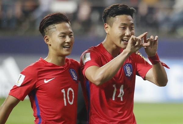 23일 오후 전북 전주월드컵경기장에서 열린 2017 국제축구연맹(FIFA) 20세 이하(U-20) 월드컵 조별리그 A조 대한민국과 아르헨티나의 경기. 한국 백승호가 패널티킥으로 팀 두번째 골을 넣고 이승우와 세리머니를 하고 있다.