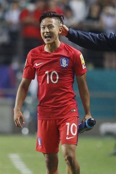 23일 오후 전북 전주월드컵경기장에서 열린 2017 국제축구연맹(FIFA) 20세 이하(U-20) 월드컵 조별리그 A조 대한민국과 아르헨티나의 경기. 2-1 승리를 거둔 한국 이승우가 승리를 자축하고 있다.
