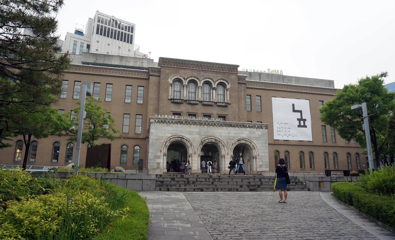 과거 대법원청사였던 서울시립미술관 2017년 5월. 등록문화제 제237호 지정입니다. 2층 전시실에 고 천경자 화백이 기증한 작품들을 비롯, 임옥상, 박노수 등의 작품들이 전시되어 있습니다.