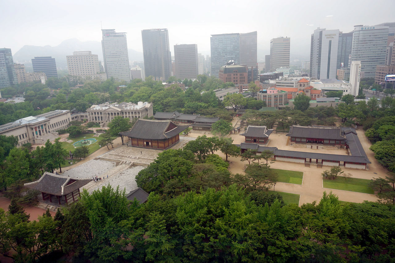 서울시청 서소문청사 전망대에서 본 덕수궁 전경. 거센 바람과 비가 내린 후 풍경입니다.