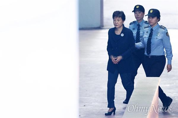 박근혜 전 대통령이 25일 오전 서울 서초구 서울중앙지방법원에서 2차 공판에 출석하기 위해 호송차에서 내려 법정으로 향하고 있다.
