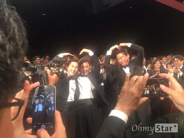 24일 오후 칸 뤼미에르 대극장에서 상영된 영화 <불한당: 나쁜 놈들의 세상>. 영화가 끝난 직후 배우들의 표정이다.