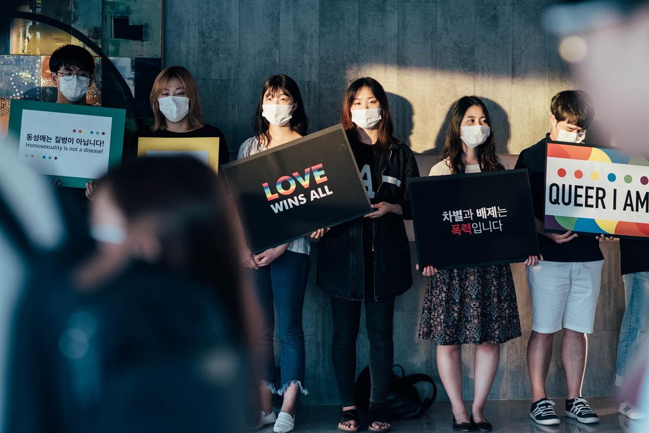 피켓시위 중인 학생들 성소수자 혐오를 반대하는 한동대생들의 피켓시위
