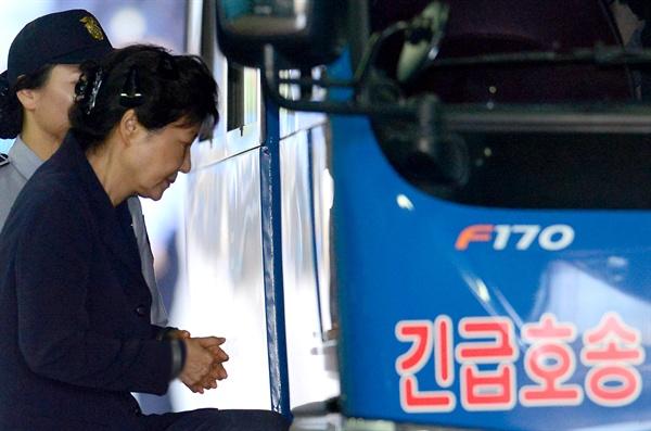 삼성 등 대기업에서 총 592억 원의 뇌물을 받거나 요구·약속한 혐의 등으로 구속기소 된 박근혜 전 대통령이 지난 25일 서초구 서울중앙지방법원에서 재판을 받은 후 구치소로 가는 호송차로 향하고 있다.