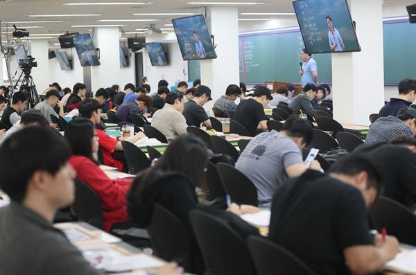 26일 오후 서울 동작구 노량진의 한 경찰공무원 입시학원에서 많은 학생들이 수업을 듣고 있다. 문재인 정부는 올해 안에 국민의 안전과 치안, 복지를 위해 서비스하는 공무원 일자리를 추가 충원할 계획인 것으로 알려졌다.