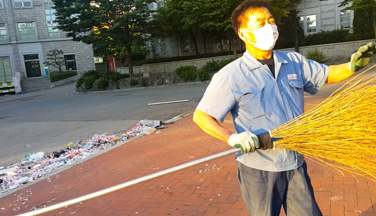 빗자루 아저씨는 직접 개조한 싸리빗자루로 광장을 쓸어 담았다.