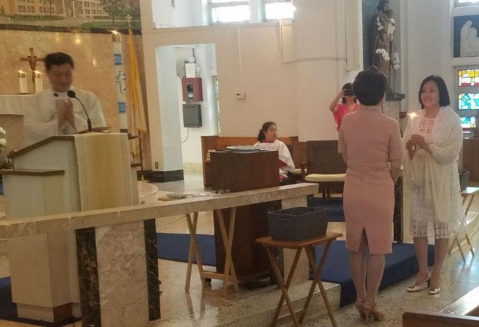 영세 받는 박영선 의원 28일 미국 플로리다 탬파한인천주교회에서 영세를 받기 위해 대모와 마주보고 선 박영선 의원(오른편)