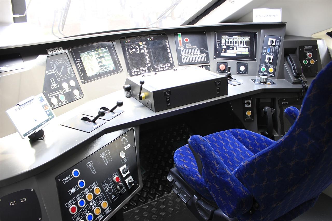 EMU-250/300의 운전석 목업.