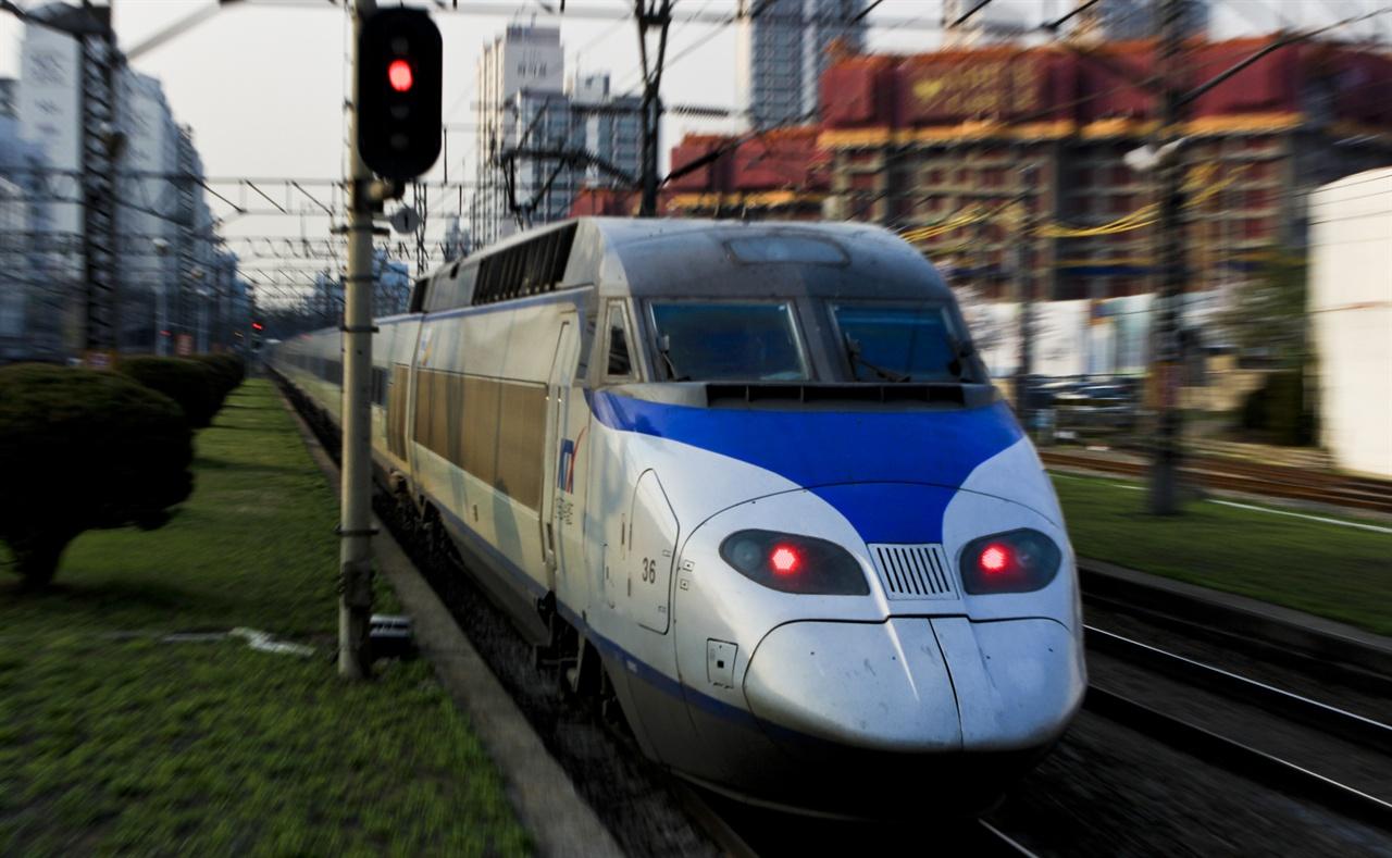 기존 한국철도를 주름잡던 KTX. 동력집중식으로 설계되어 유연한 운용이 어렵다는 단점이 있었다.