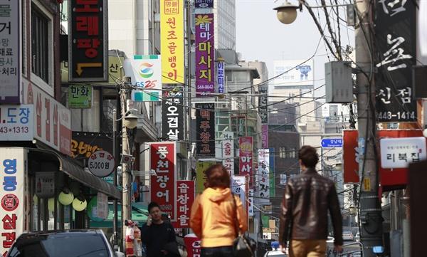 프랜차이즈 식당 폐업률이 역대 최고 수준까지 치솟은 것으로 나타났다. 지난 3월19일 공정거래위원회 가맹사업거래 통계에 따르면 2015년 문을 닫은 프랜차이즈 식당 수는 1만3천241개로 전년의 1만1천158개보다 18.7% 증가했다. 하루 평균 36곳씩 문을 닫은 셈이다. 사진은 프랜차이즈 가맹점이 밀집한 서울 논현동 먹자골목 일대.