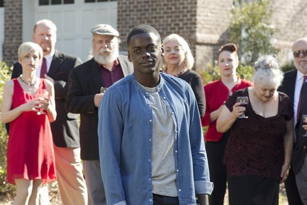 고립된 지역공동체에 사는 백인들의 잠재된 인종차별을 섬뜩하게 보여주는 <겟아웃>.
