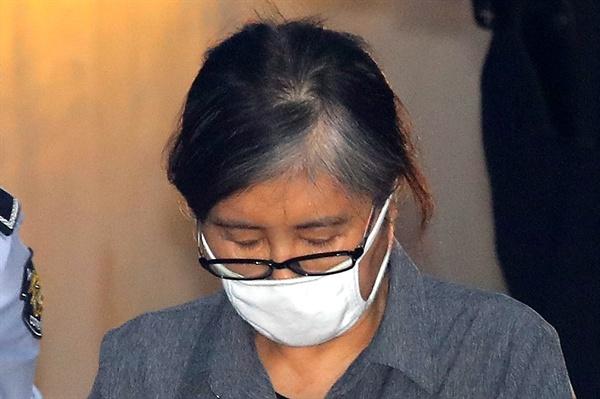 '비선실세' 최순실씨가 이화여대 입시와 학사 특혜 의혹에 관여한 혐의에 대한 결심 공판을 받기 위해 31일 오후 서울 서초동 서울중앙지법에 도착하고 있다.