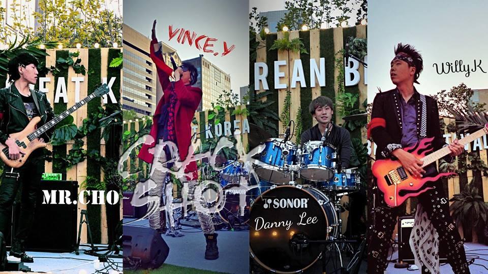 밴드 크랙샷 Crack Shot 밴드가 열정적인 연주를 펼치고 있다.