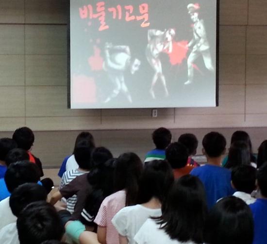 2014년 7월 17일, 문제의 동영상을 보고 있는 초등학생들.