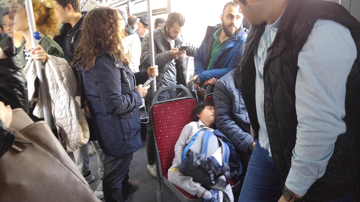 이 아이 자다가 발랑 넘어질까봐 옆에서 대기하고 있는 버스 안 터키 사람들.