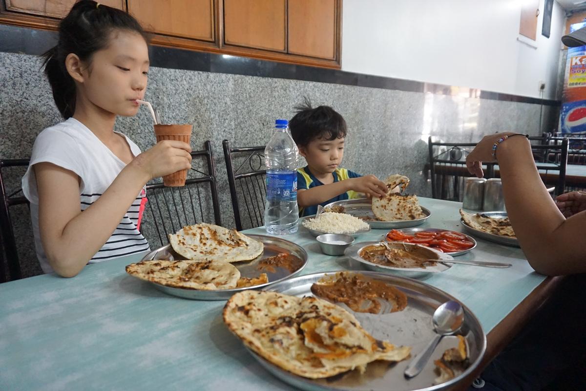 인도에선 밥을 먹어서 좋은 데 돈가스가 없어서 싫다는 둘째아이.