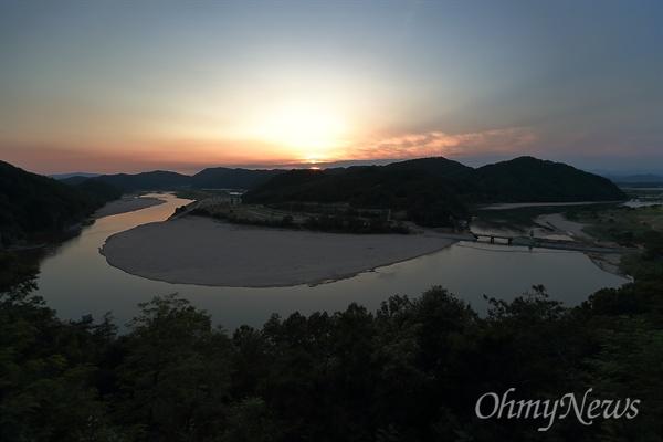 2일 오후 경북 예천군 풍양면 삼강리의 한 고개길 전망대에서 바라본 낙동강의 모습.