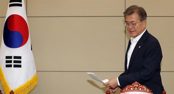 (서울=연합뉴스) 백승렬 기자 = 문재인 대통령이 5일 오후 청와대에서 열린 수석보좌관회의에 참석하고 있다.