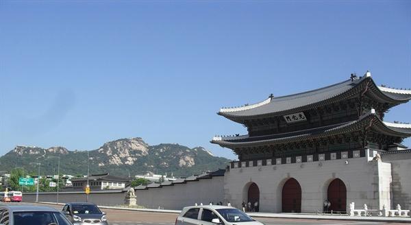 인왕산과 경복궁.