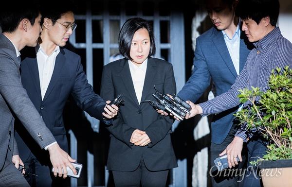 최순실 조카 장시호씨가 8일 자정을 넘기며 경기도 의왕시 서울구치소에서 구속기간 만료로 석방되어 귀가하고 있다.