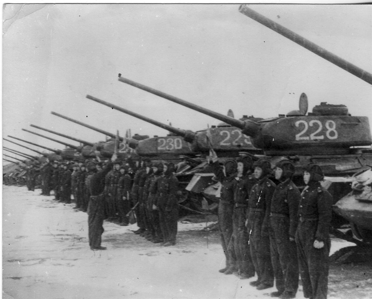 한국전쟁 당시 인민군 기갑부대의 사열 장면.
