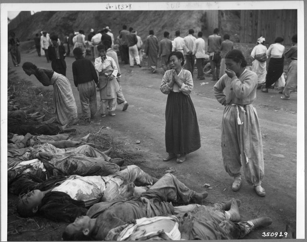 1950. 10. 19. 함흥, 300여 명의 정치범이 동굴에 불법 감금되어 질식해 죽었다. 유엔군이 점령한 뒤 이 시신들을 동굴에서 꺼내 늘어놓자 유족들이 가족을 확인하며 울부짖고 있다.