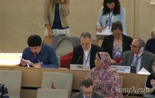 2015년 삼성전자 하청업체에서 일하다 메탄올 중독으로 시력을 잃은 김영신(29)씨가 9일 오후(한국시각) 스위스 제네바에서 열린 35차 유엔 인권이사회 회의에서 발언을 하고 있다.