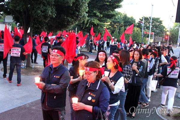 """민주노총일반노동조합 중부경남지부는 9일 저녁 창원시청 주변에서 """"창원시 복지포인트 삭감 규탄 및 기간제 노동자 정규직화 요구 결의대회""""를 열어 창원시청을 도는 거리행진했다."""