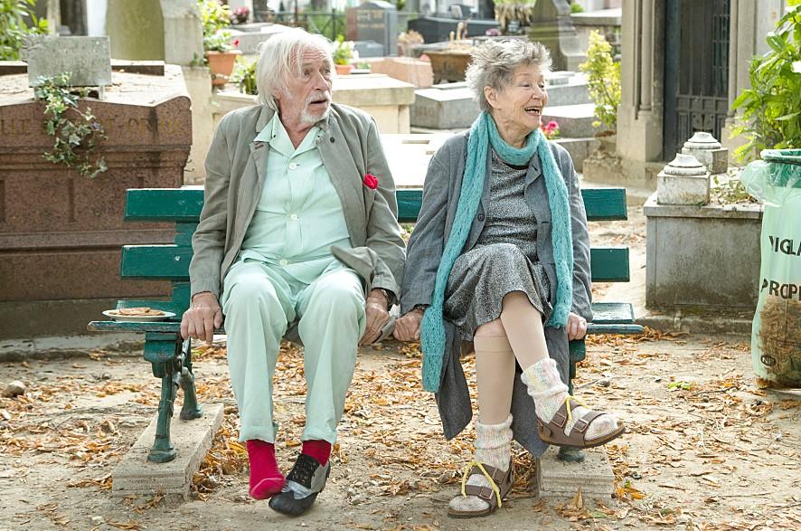 영화 <로스트 인 파리>의 한 장면 마르타와 노르망이 만나 오래전 함께 추었던 신발 댄스를 선보이는 장면. 배경음악과 어우러지는 환상의 호흡은 영화에서 놓칠 수 없는 명장면 중 하나다.