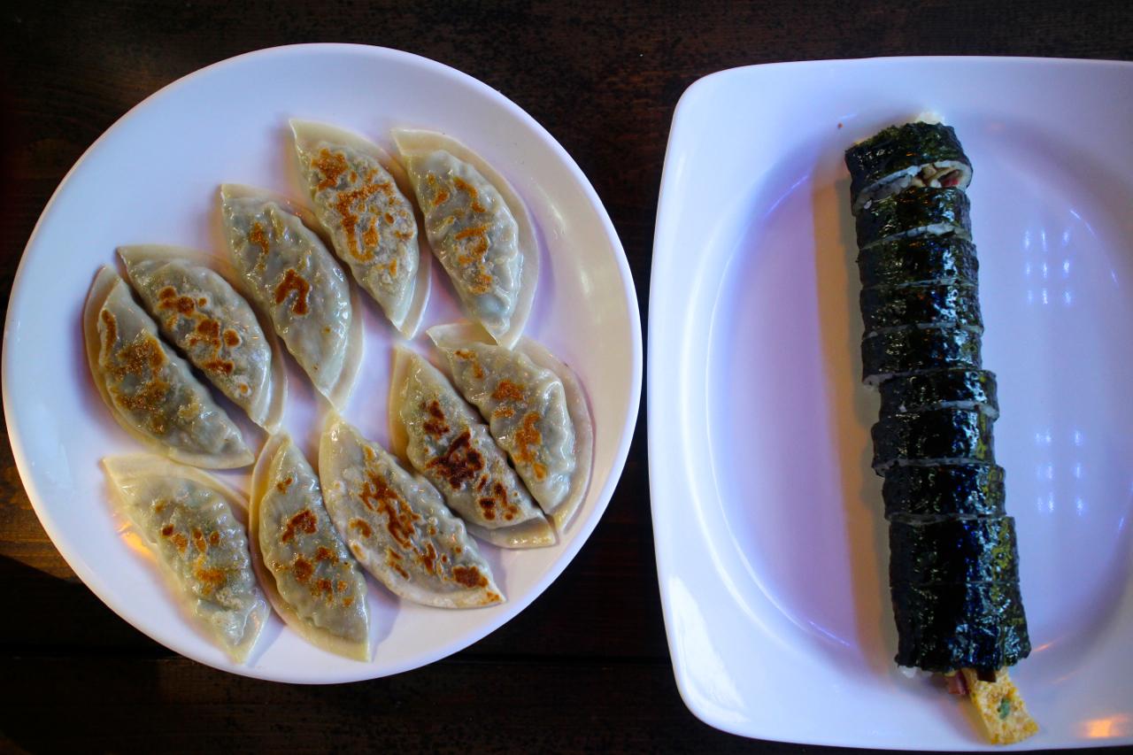 구룡사 입구 근처 식당에서 김밥과 만두를 먹었다.