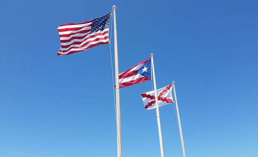 미국 국기와 푸에르토리코 자치령 깃발이 나란히 걸려 있다.