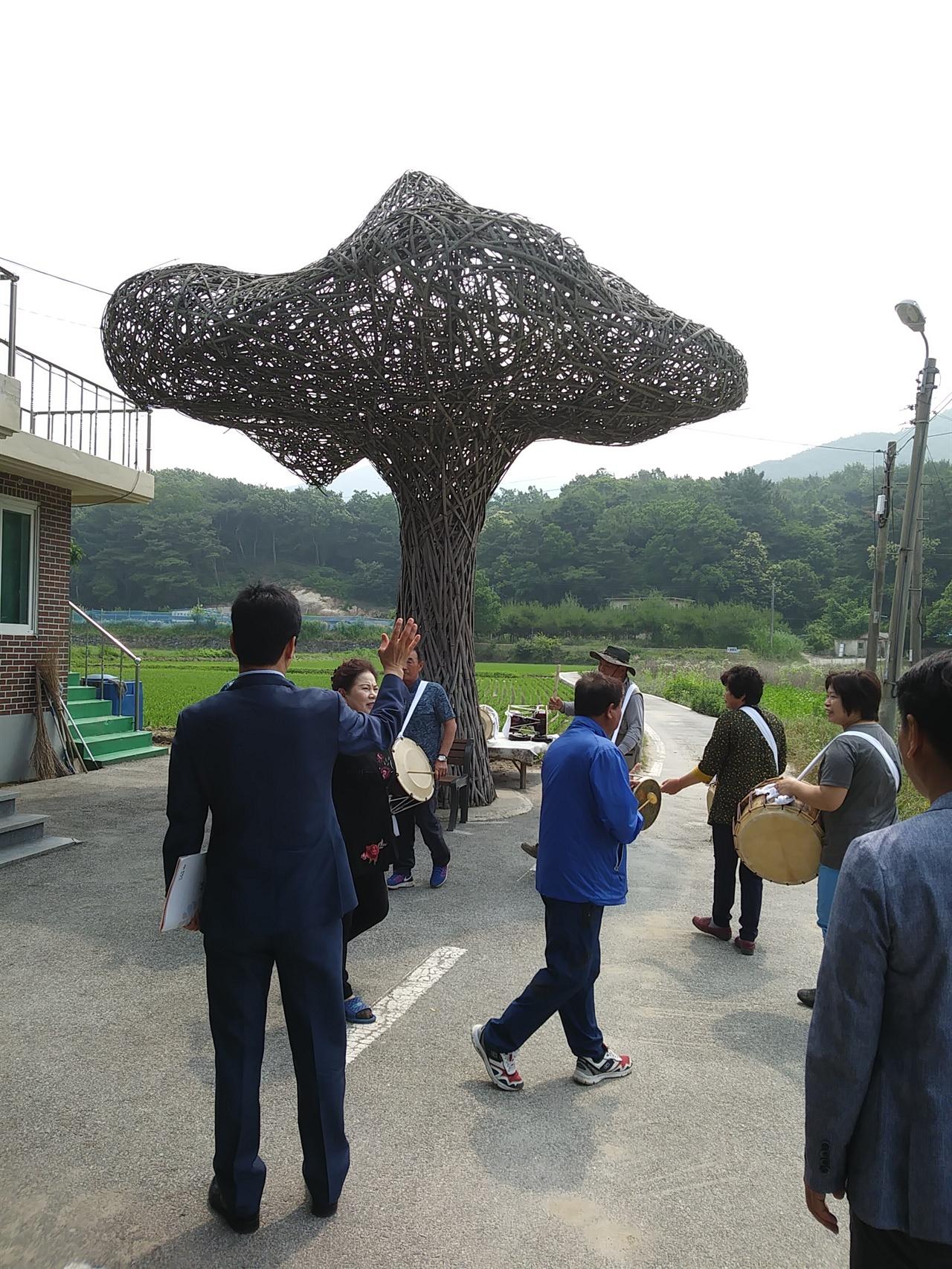 공주 중장리 설치미술  공주 중장리 마을풍물패와 마을미술프로젝트 설치미술 조형물 나무