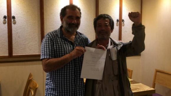 서울 용산에서 열린 민생민주국제포럼 일정을 모두 마친 후 저녁식사 자리에서 세계노총 활동가 샤흘 와호와 삼성일반노조 김성환위원장이 세계노총 가입 서명지를 들어보이고 있다