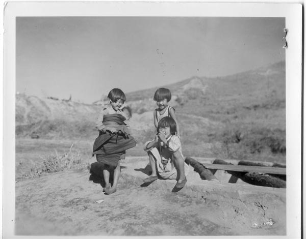 1950.10.31. 원산. 헐벗고 굶주렸지만 웃음은 떠나지 않는 아이들.