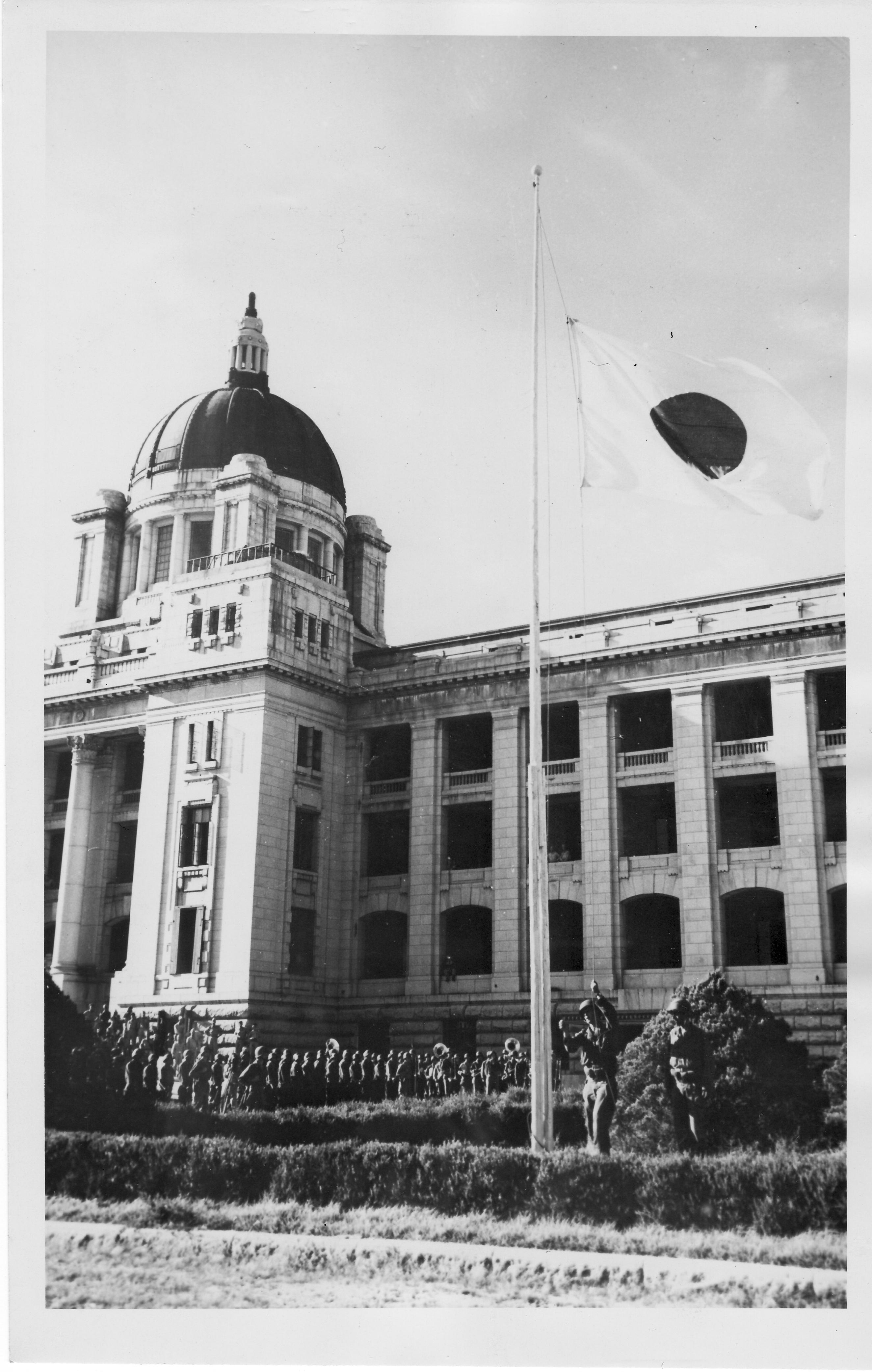 1945. 9. 9. 오후 4시 무렵, 미군 병사가 조선총독부 국기게양대에서 일장기를 내리고 있다.