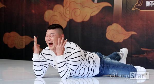 '신서유기4 : 지옥의 묵시록' 강호동, 베트남 접수한 저팔계 방송인 강호동이 13일 오후 서울 영등포의 한 웨딩홀에서 열린 tvN 리얼막장 모험활극 <신서유기4 : 지옥의 묵시록> 제작발표회에서 포토타임을 갖고 있다. <신서유기4 : 지옥의 묵시록>은 중국으로 떠난 이전 시즌과는 달리 베트남으로 떠난 멤버들이 지옥의 묵시록이라는 부제에 걸맞게 드래곤볼 찾기 역대급 막장을 보여줄 예정이다. 이수근이 드래곤볼 속 피콜로를, 송민호가 드래곤볼 속 크리링, 강호동이 저팔계, 은지원이 손오공, 규현이 사오정, 안재현이 삼장법사를 맡았다. 13일 화요일 오후 9시 30분 방송.