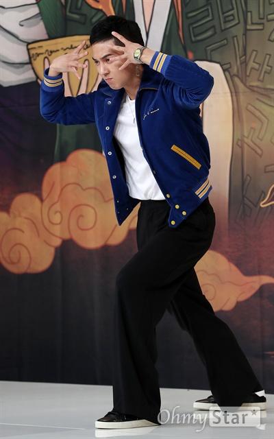 '신서유기4 : 지옥의 묵시록' 송민호, 승리자의 기세 위너의 송민호가 13일 오후 서울 영등포의 한 웨딩홀에서 열린 tvN 리얼막장 모험활극 <신서유기4 : 지옥의 묵시록> 제작발표회에서 포토타임을 갖고 있다. <신서유기4 : 지옥의 묵시록>은 중국으로 떠난 이전 시즌과는 달리 베트남으로 떠난 멤버들이 지옥의 묵시록이라는 부제에 걸맞게 드래곤볼 찾기 역대급 막장을 보여줄 예정이다. 이수근이 드래곤볼 속 피콜로를, 송민호가 드래곤볼 속 크리링, 강호동이 저팔계, 은지원이 손오공, 규현이 사오정, 안재현이 삼장법사를 맡았다. 13일 화요일 오후 9시 30분 방송.
