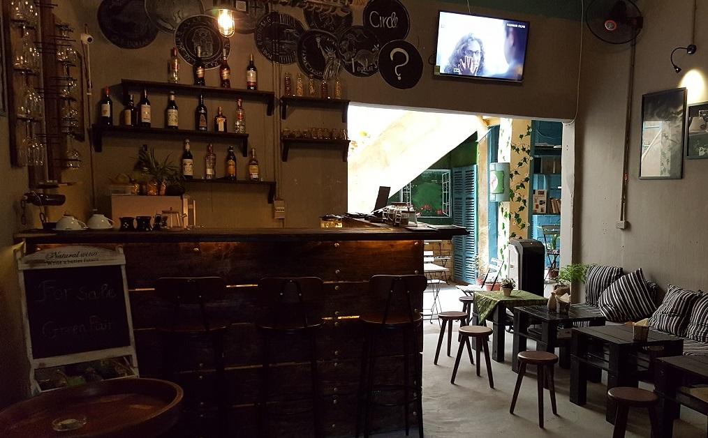 더 써클 카페 내부 긴회랑을 지나 입구에서 본 카페 내부. 실내이자 실외가 되는 독특한 구조이다.