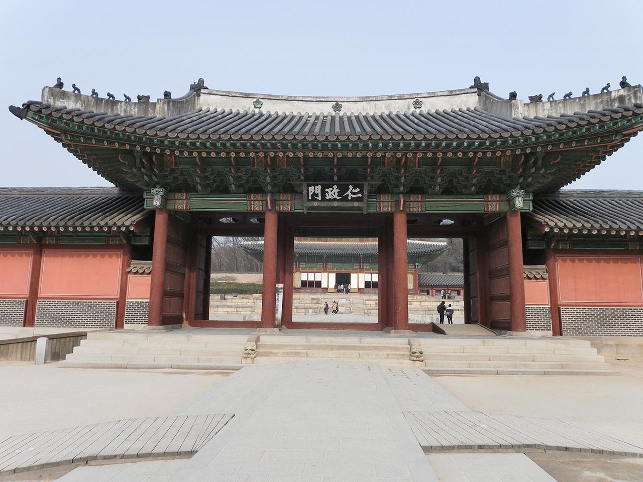서울시 종로구 와룡동에 있는 창덕궁 인정문. 연산군은 인정문 마당에서 즉위식을 거행했다.
