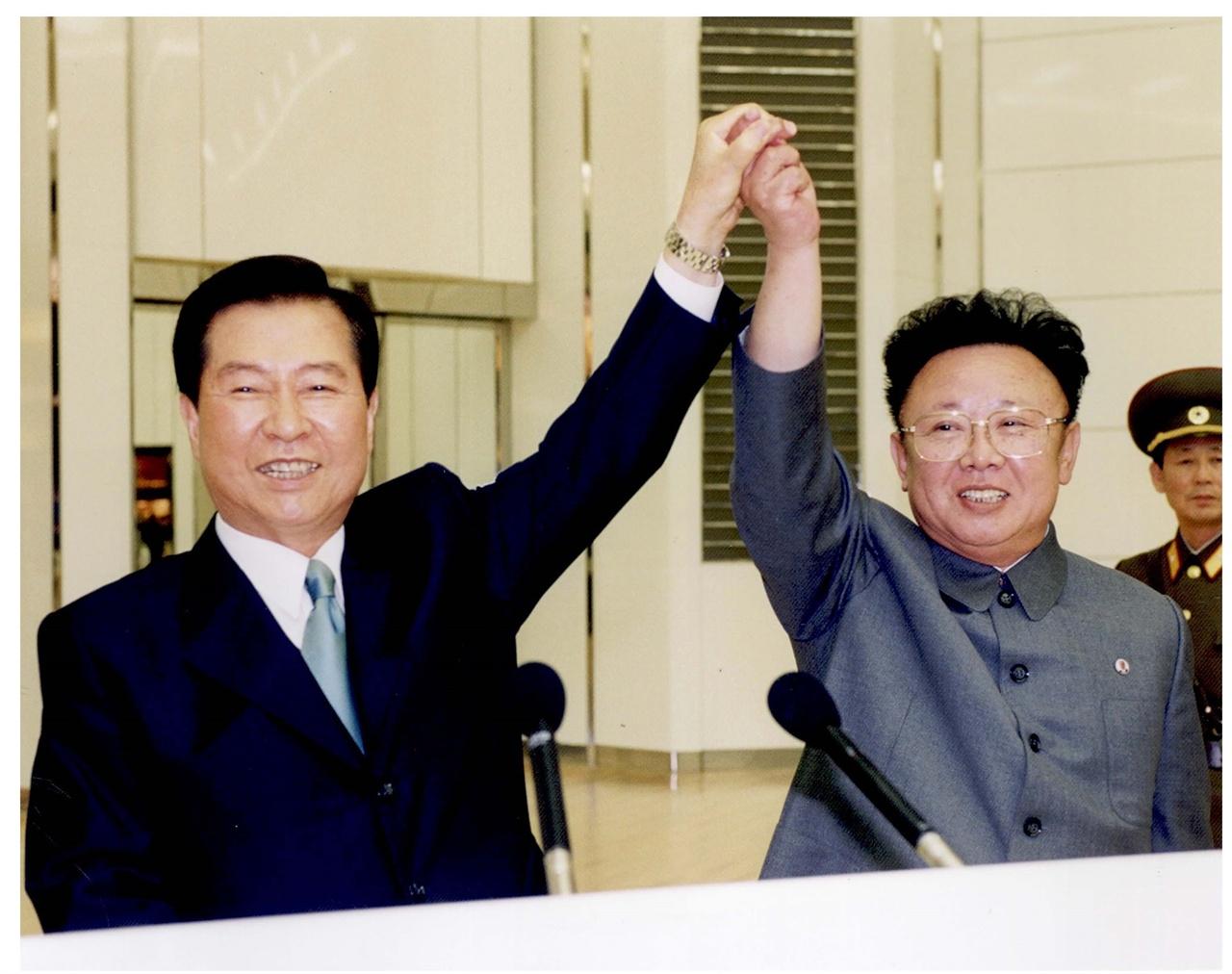 6.15 공동선언 합의 이후 6.15 공동선언 합의를 축하하기 위해 맞잡은 두 손을 올리며 환하게 웃고 있는 김대중 대통령과 김정일 위원장
