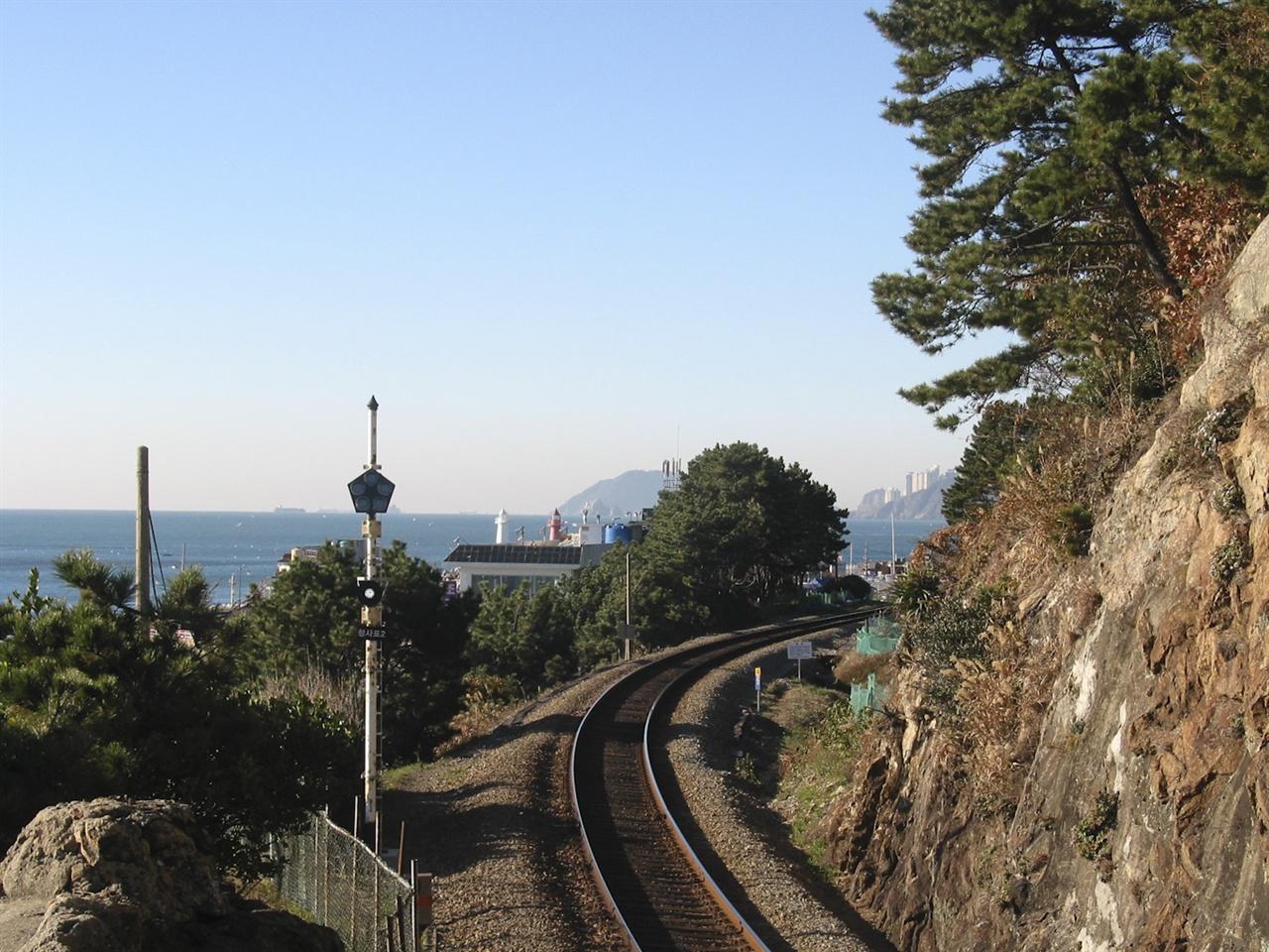 청사포의 동해남부선이 폐선되기 직전의 모습. 현재는 공원과 트램이 동시에 추진되고 있다.