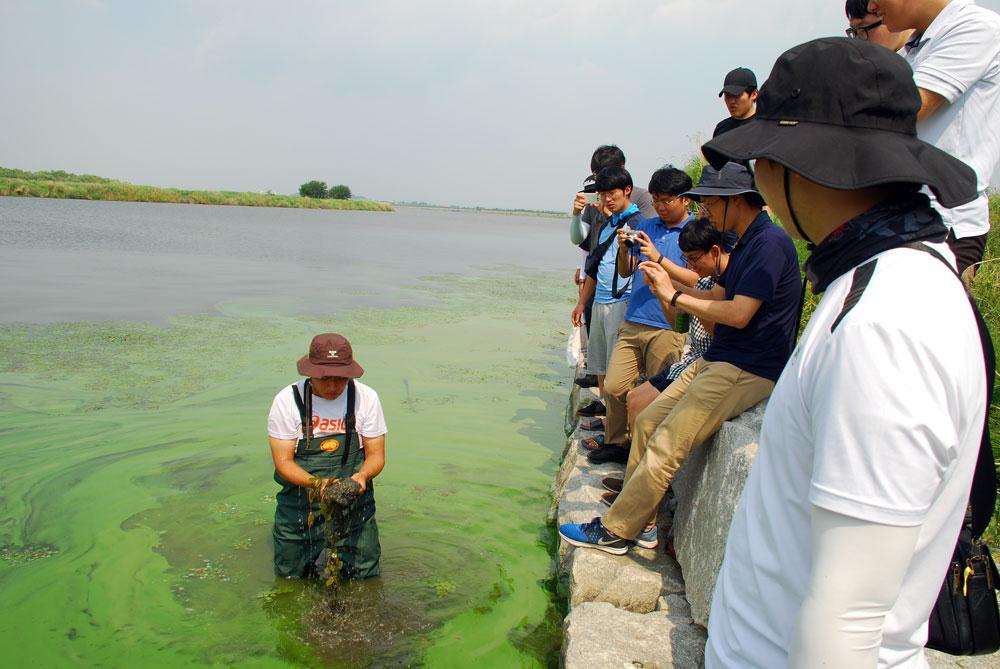 학생들은 강바닥에서 퍼 올린 시커먼 펄을 보면서도 믿기 힘든 지경이라고 한다.