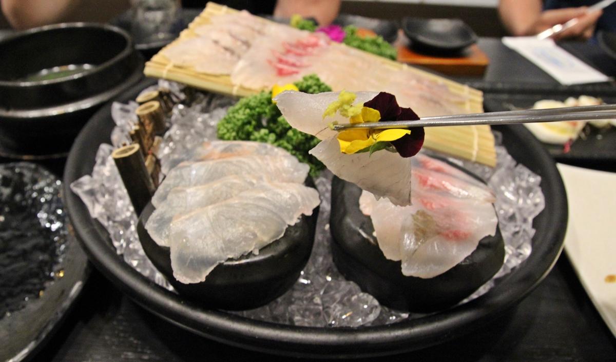 식용 꽃과 함께 먹는 생선회는 향기롭다.