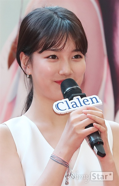 이리봐도 저리봐도 역시 수지 배우 겸 가수 수지가 15일 오후 서울 여의도의 한 쇼핑몰에서 열린 한 컬러렌즈 브랜드 팬사인회에서 인사말을 하고 있다.