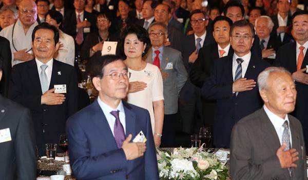 문재인 대통령이 15일 오후 6·15 남북정상회담 17주년 기념식이 열린 서울 여의도 63빌딩 컨벤션센터에서 참석자들과 국민의례하고 있다.