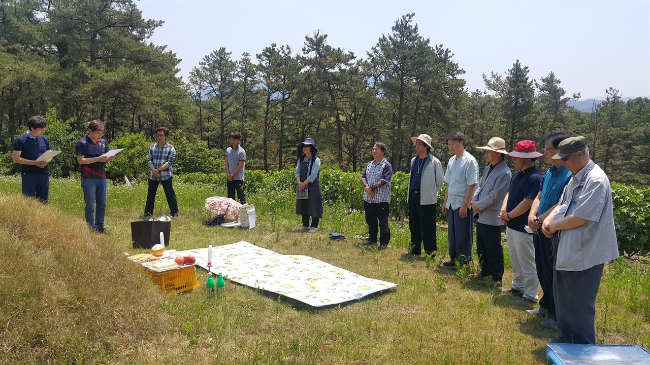 이목 선생 2주기 추도식 경북 의성군 산운리에서 이목선생 추도식을 하고 있는 전교조 대구지부 교사들과 참벗회 퇴직 교사들