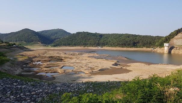 충남 예산군 봉산면 봉림저수지의 물이 거의 말라가고 있다. 저수지 반대편의 상황은 이보다 더 심각하다.