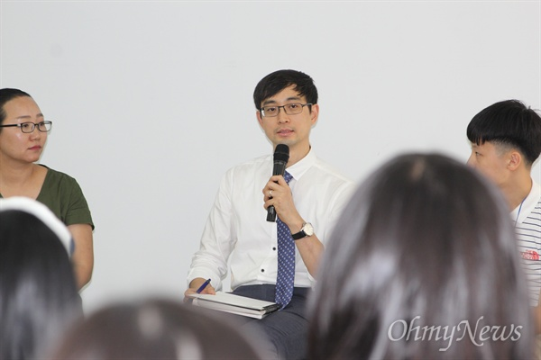 <날아라 꿈의학교> 출간 기념 토크쇼 '꿈의학교, 터놓고 이야기 합시다.' 김영진 사과나무숲 꿈의학교 교사가 이야기를 하고 있다.